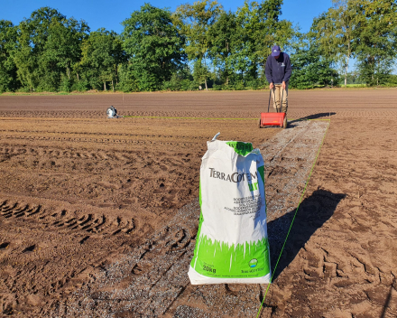 Opbrengen bodemverbeteraars op proefveld.