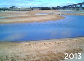 Ekologické zalesňovanie s TerraCottem Univerzal v Christies Beach, Noarlunga Downs, SA, Austrália – nečinná uhoľná elektráreň je spojená s mokraďmi na pobreží (2013).